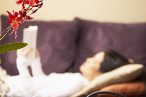 blommor kvinna i soffa