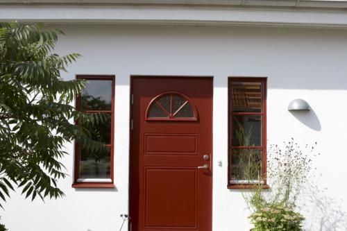 vitt putshus röd dörr